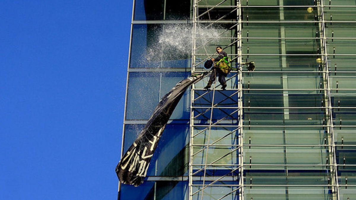 Hombre realiza protesta colgado a más de 40 metros de altura