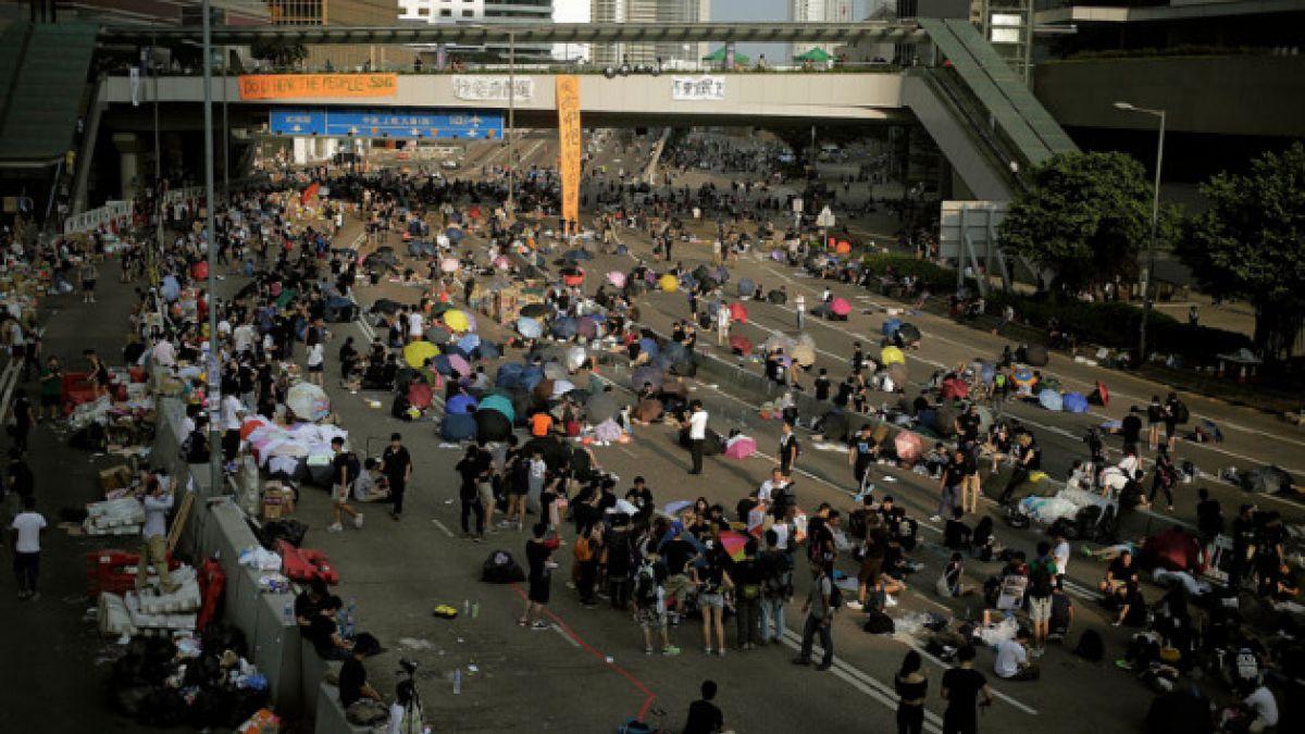 Manifestantes en Hong Kong exigen renuncia del jefe ejecutivo