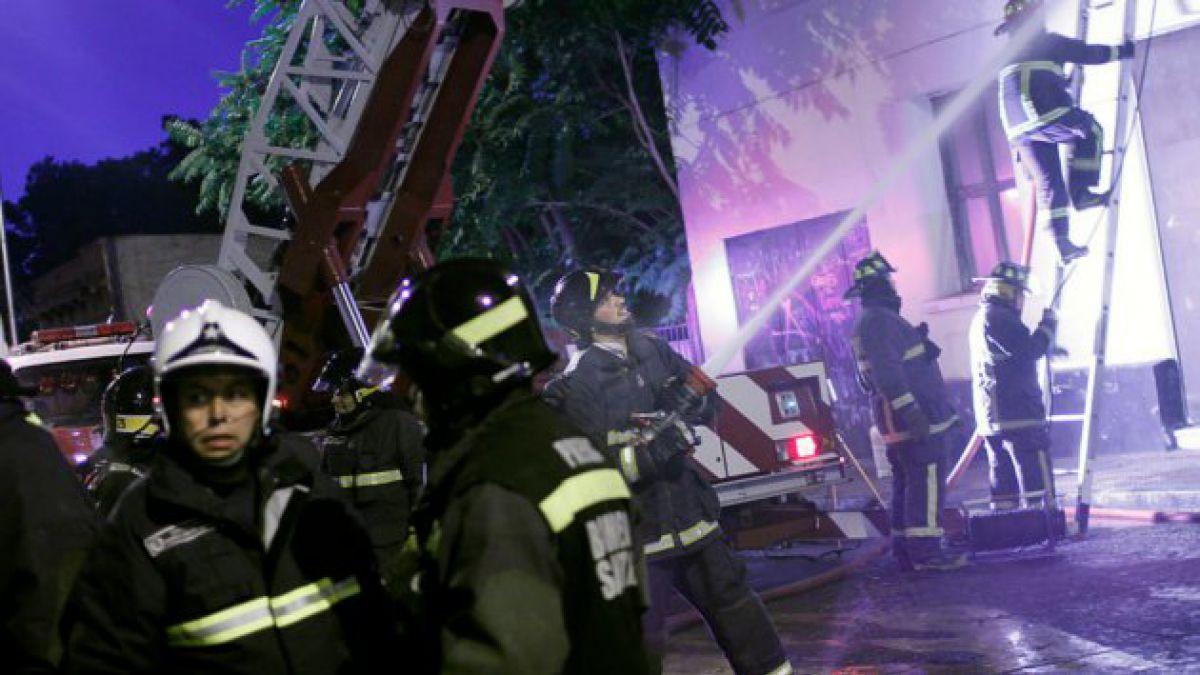 Incendio en Quinta Normal deja tres bomberos heridos