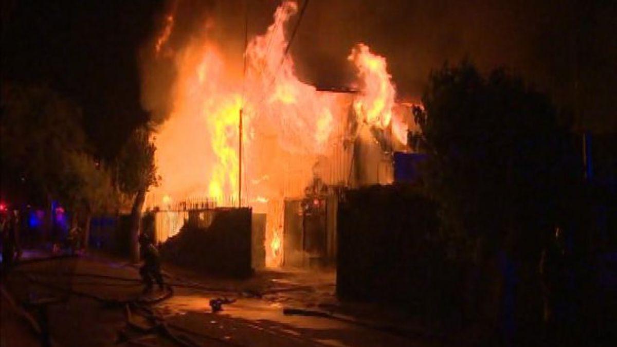Incendio en fábrica de La Granja deja un bombero herido