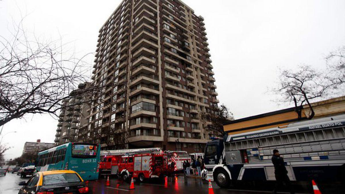 Incendio afectó esta tarde a departamento en Santiago Centro