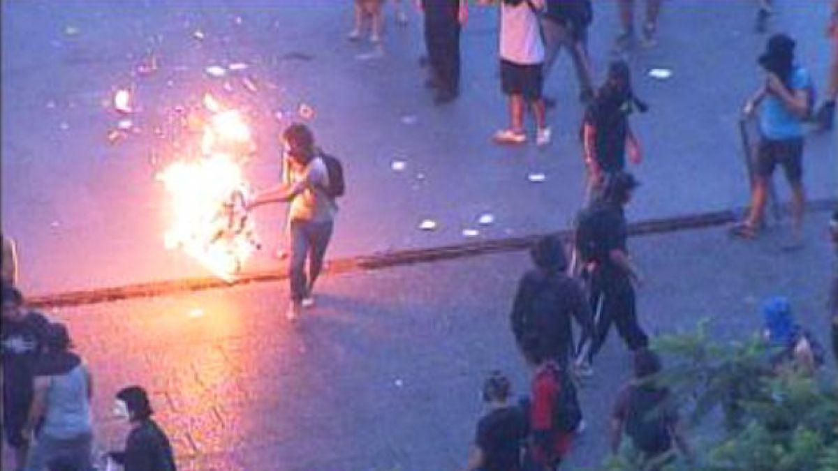 Manifestantes se enfrentan a Carabineros tras acto por Aysén en la Plaza de Armas