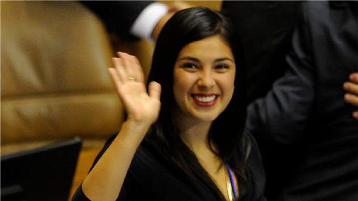 Karol Cariola llega tarde a juramento en la Cámara de Diputados