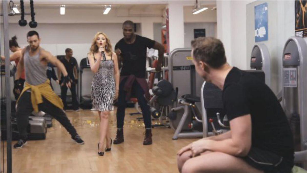 Kylie Minogue sorprende a fanático con mini show en gimnasio