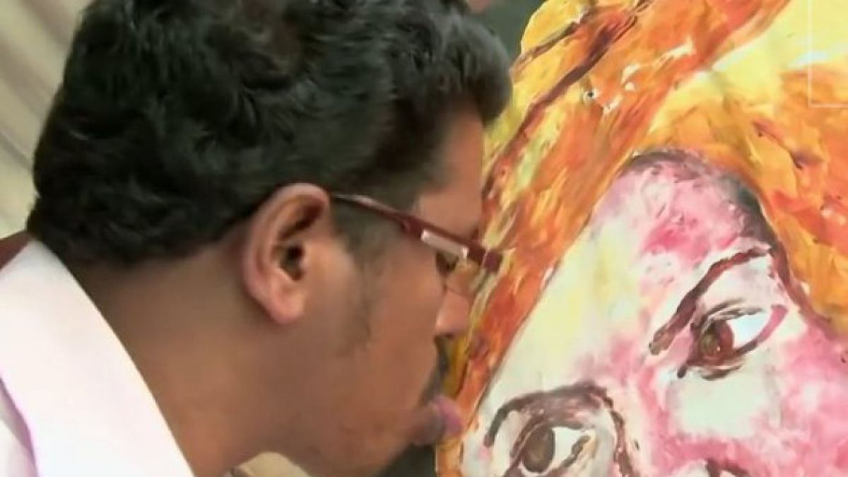 Artista indio ha pintado más de 1.000 obras de arte con su lengua