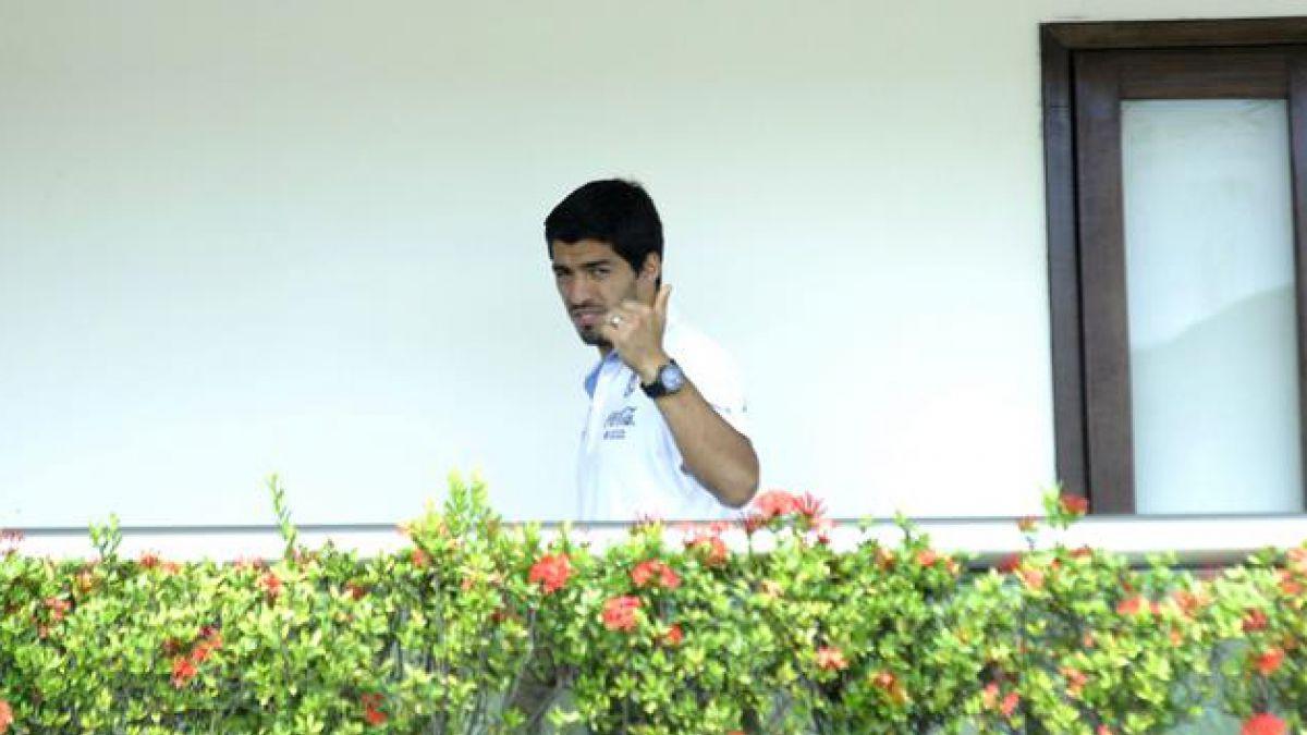 [VIDEO] Luis Suárez saluda a hinchas desde el balcón de su casa en Montevideo