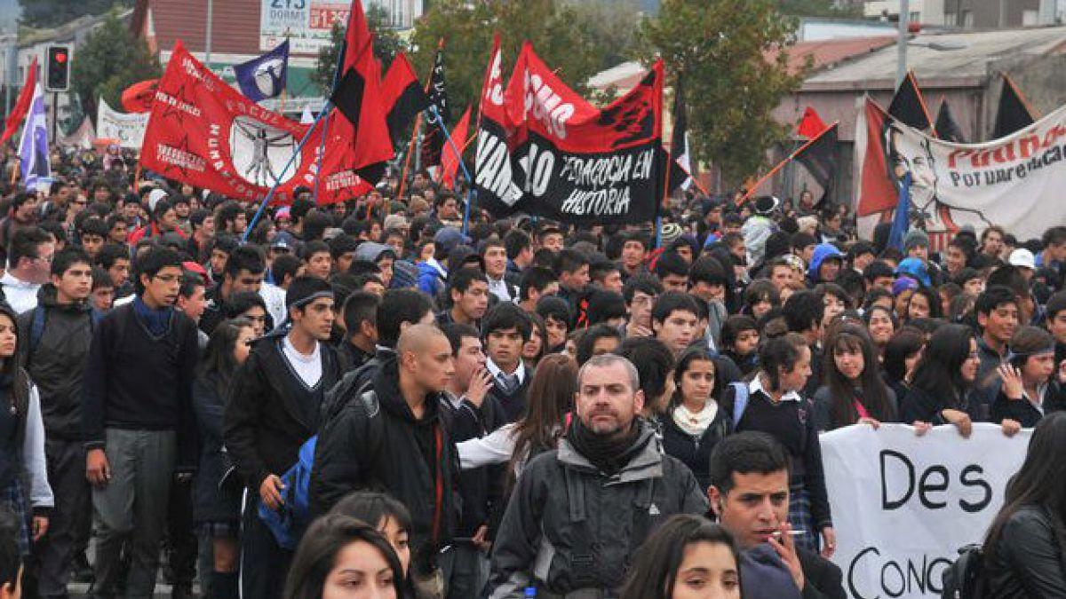 Con enfrentamientos entre encapuchados y Carabineros finalizó marcha por la educación en Concepción