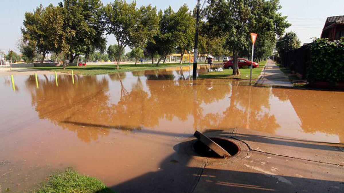 Rotura de matriz provoca inundación en las calles de Maipú