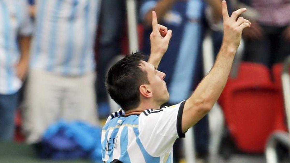 Messi corre con Maradona al hombro, por Aldo Schiappacasse