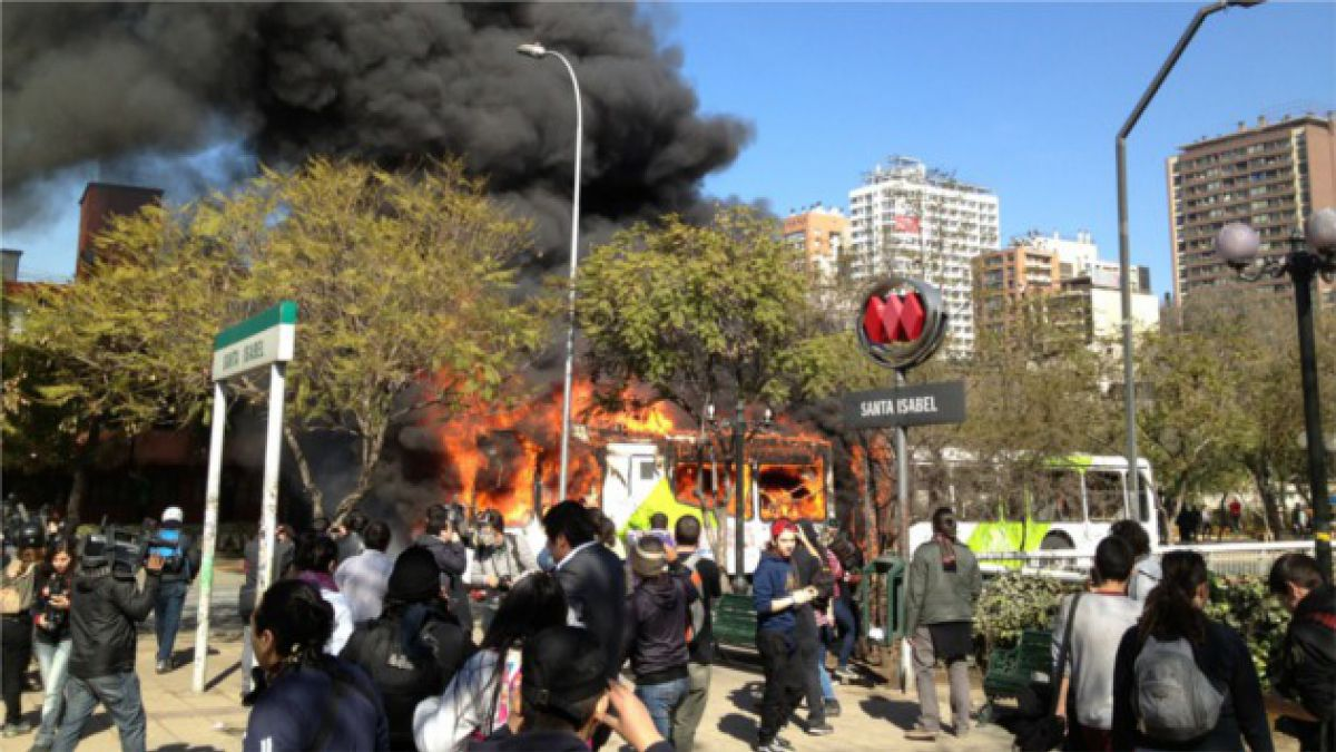 Encapuchados incendian tercer bus del Transantiago