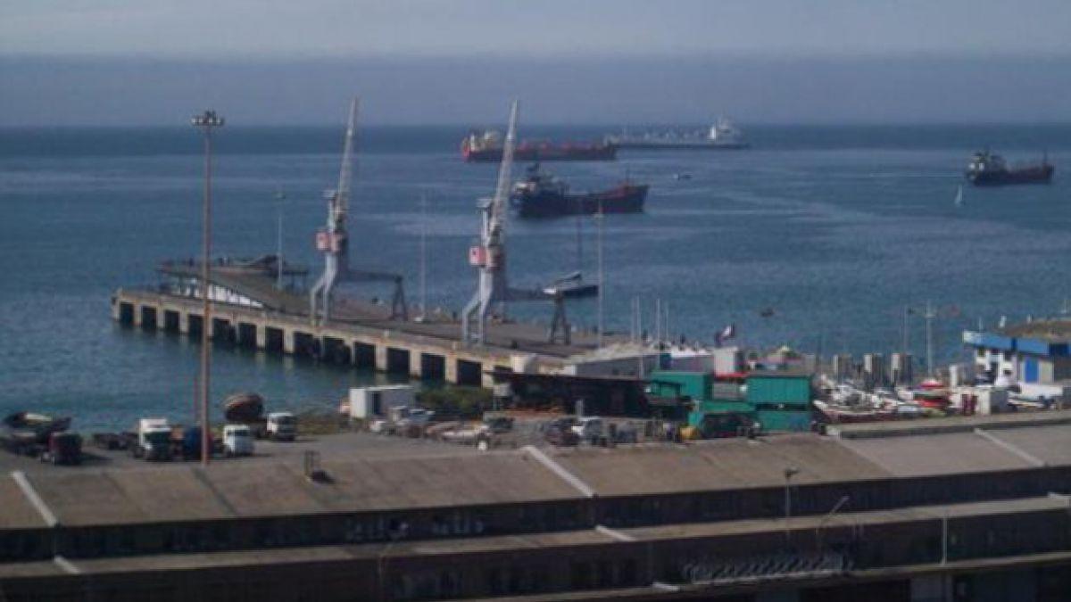 Descartan lesionados y peligro de contaminación tras choque de dos buques petroleros en Valparaíso