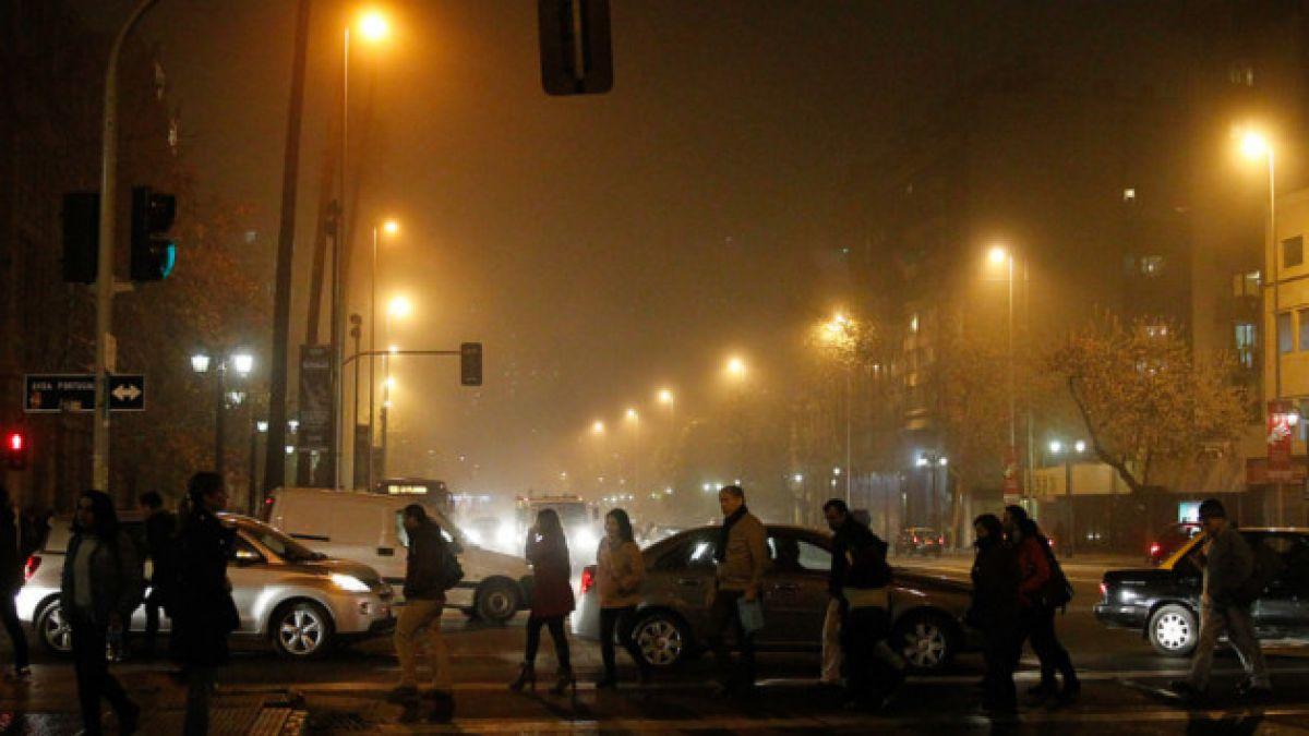 Densa niebla en Santiago se mantendrá durante gran parte de la mañana