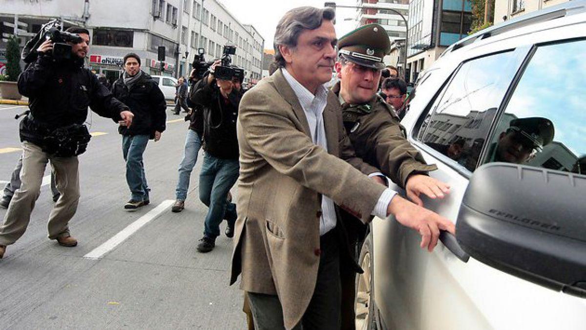 Lanzan huevos a comitiva de Pablo Longueira en Concepción