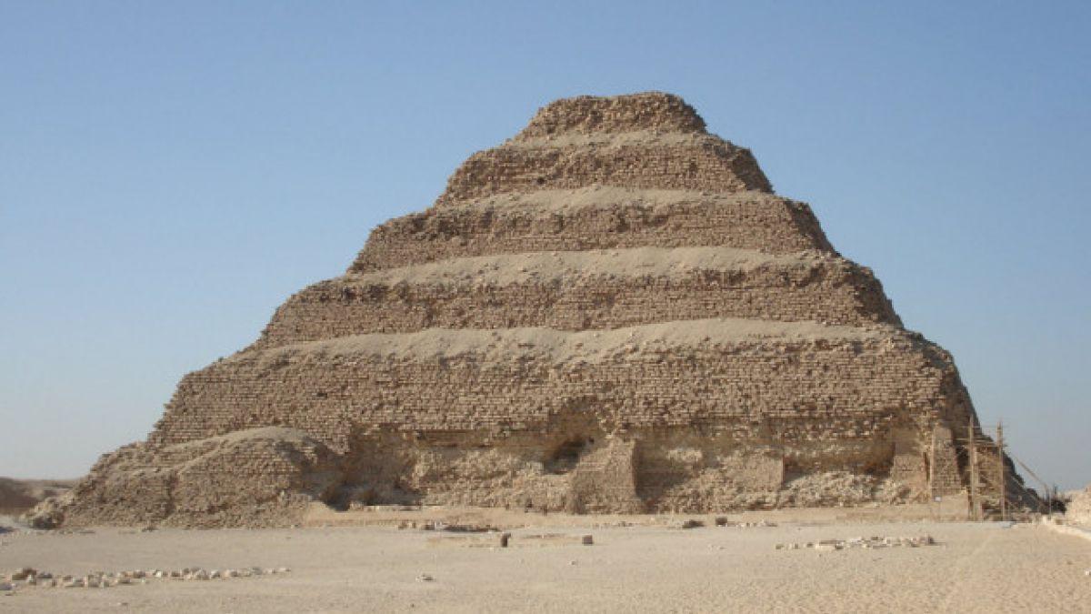Se desata polémica en Egipto por supuesto colapso de la primera pirámide de la historia