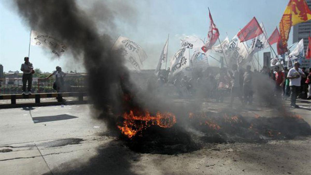 Vías cortadas y suspensión de servicios marcan huelga en Argentina