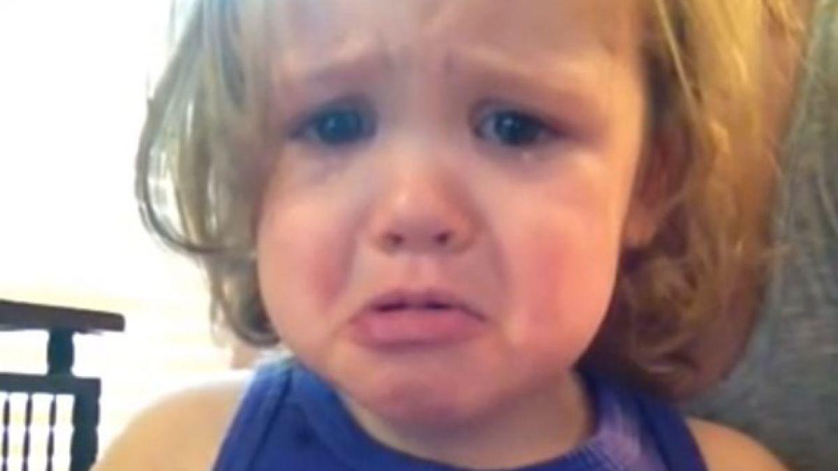 Bebé llora al oír la canción de boda de sus padres