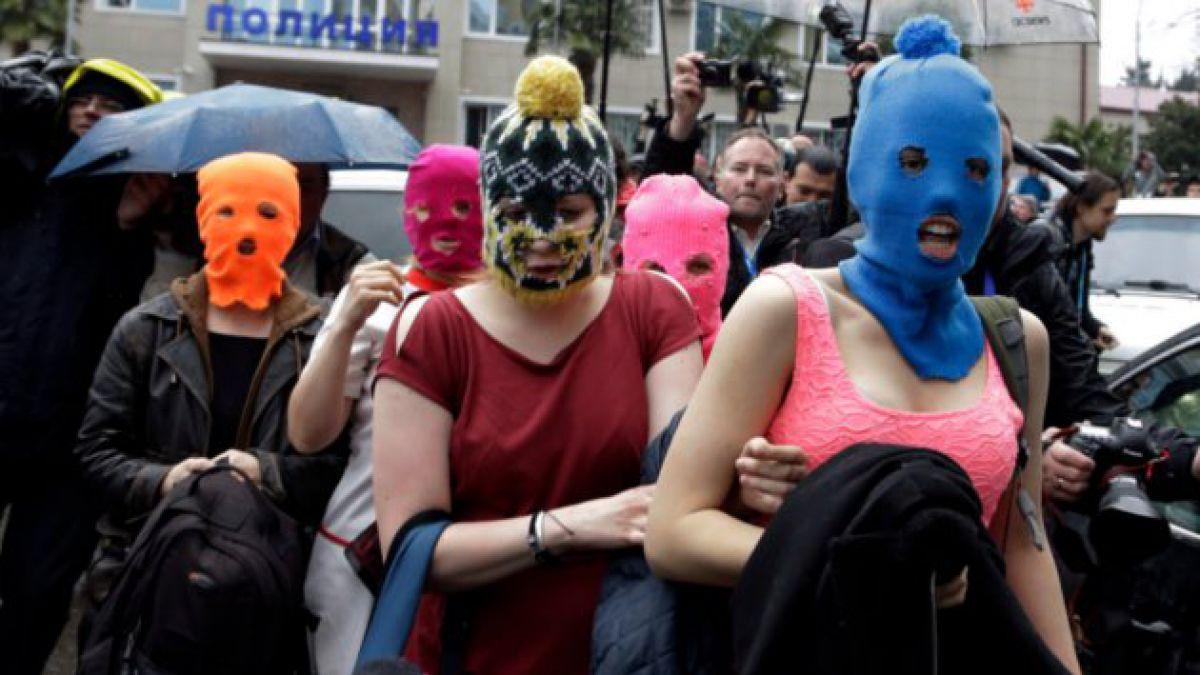"""Militares rusos atacan con látigos a banda punk """"Pussy Riot"""""""