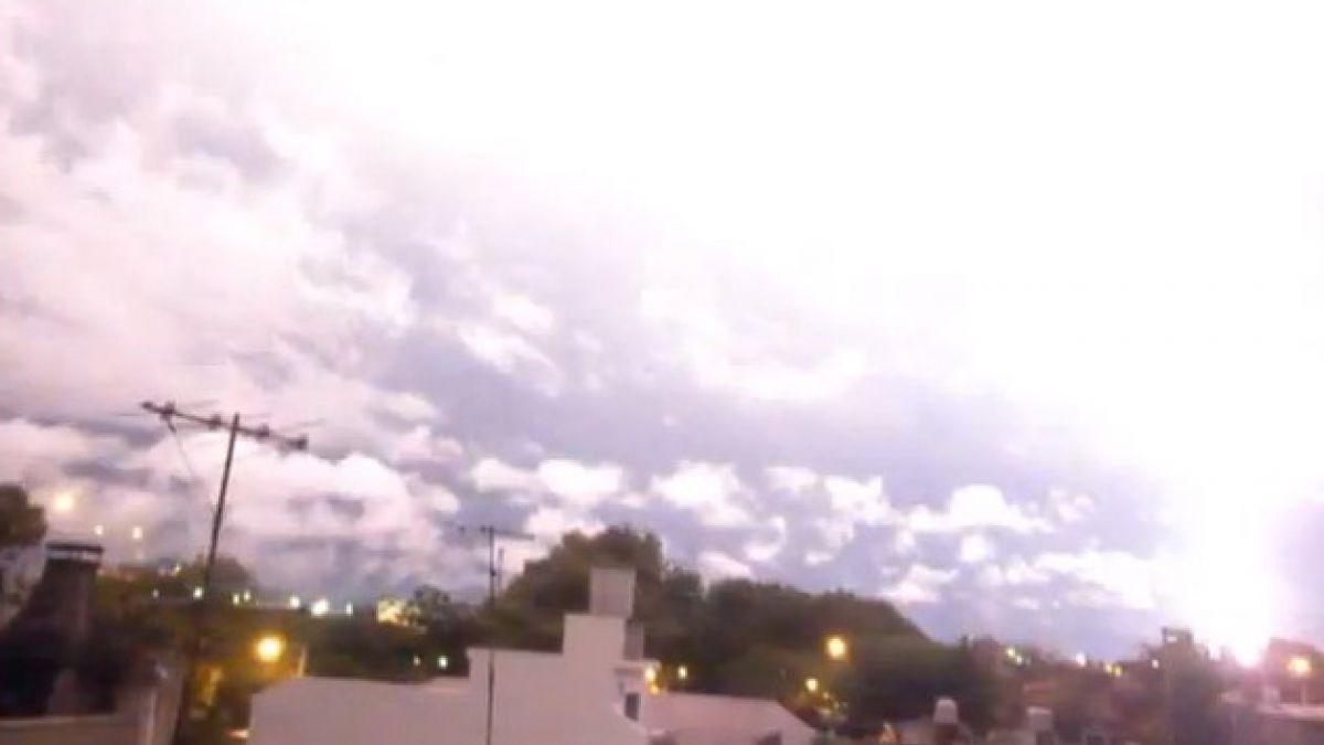 VIDEO: Automovilista capta caída de rayo justo frente a sus ojos