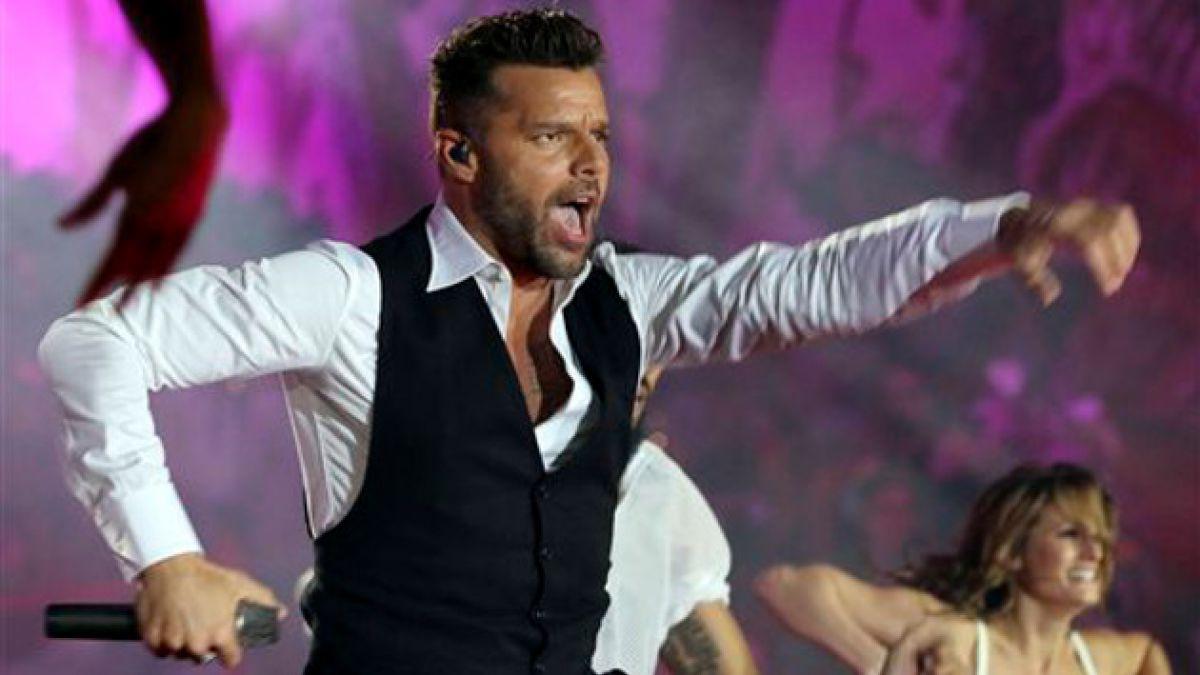 Ricky Martin cambia pronombres y canta a amor masculino durante concierto