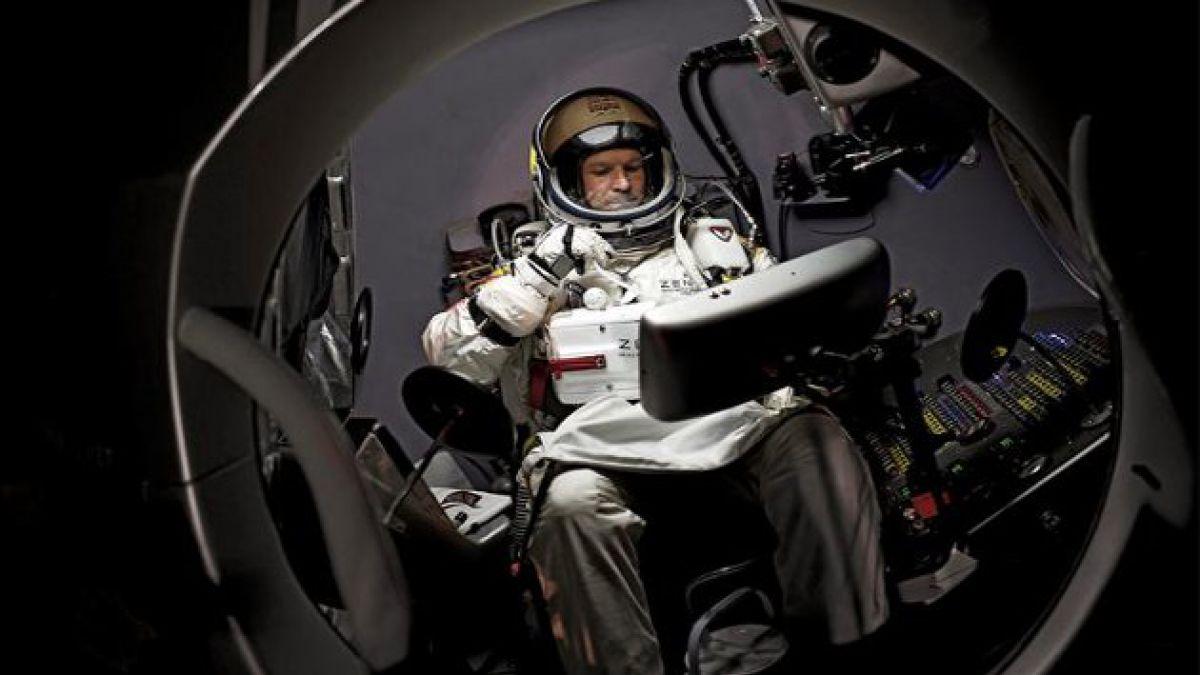 Hombre se prepara para saltar desde la estratósfera
