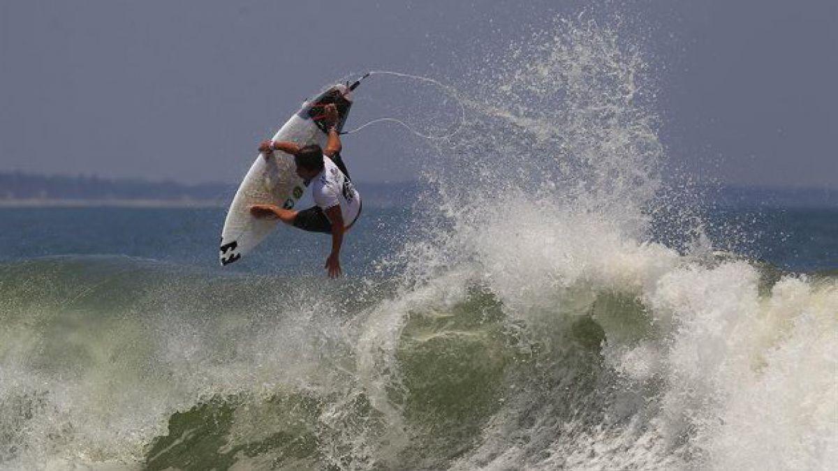 Desarrollan traje que protege a los surfistas de los tiburones