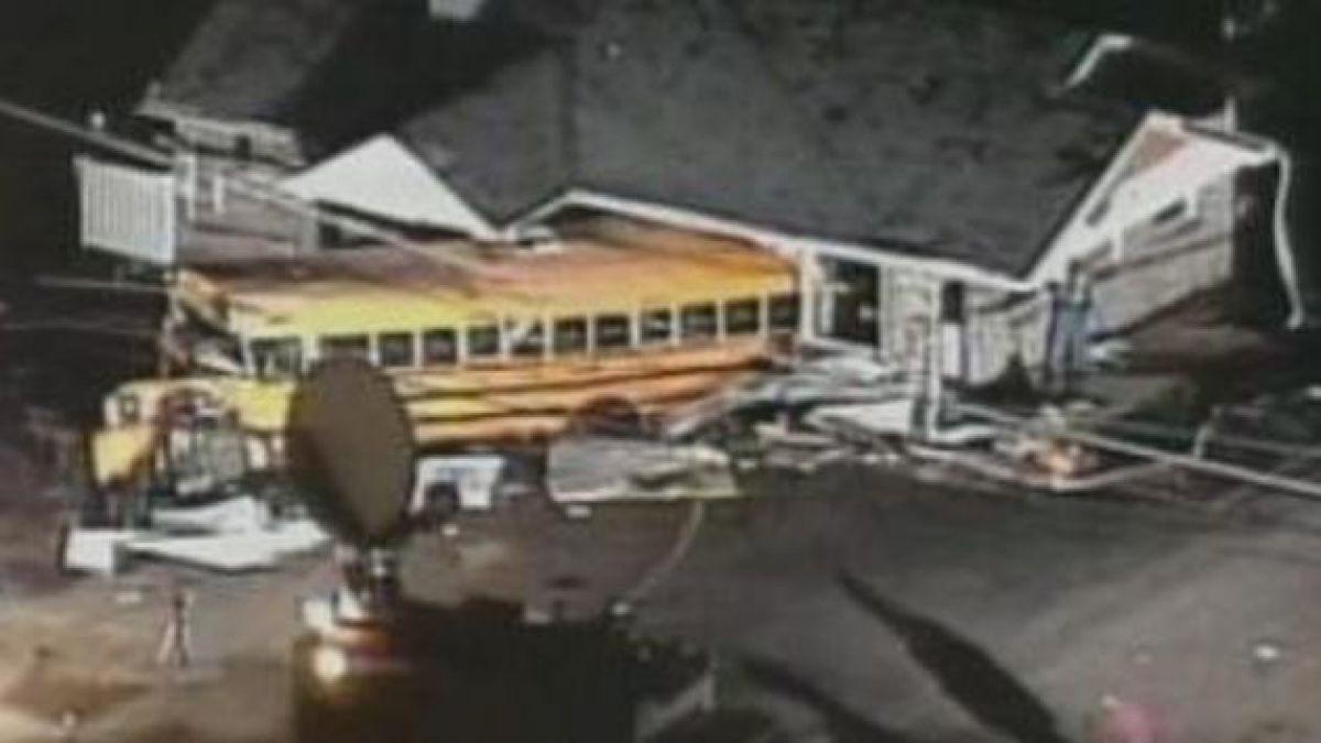 Difunden imágenes de tornado impactando bus escolar