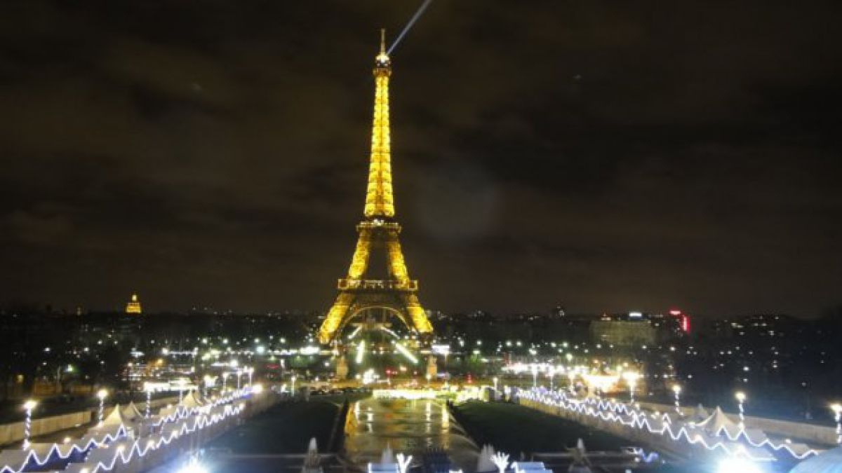 Evacúan Torre Eiffel por aviso de bomba