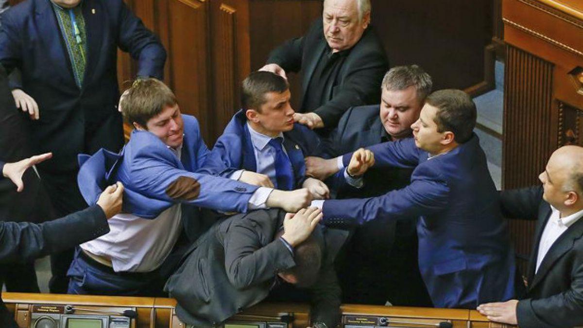 VIDEO: Violenta pelea entre diputados ucranianos en el Parlamento