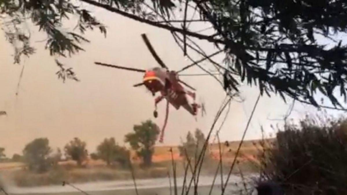[VIDEO] Helicóptero recoge agua para combatir incendios forestales en California