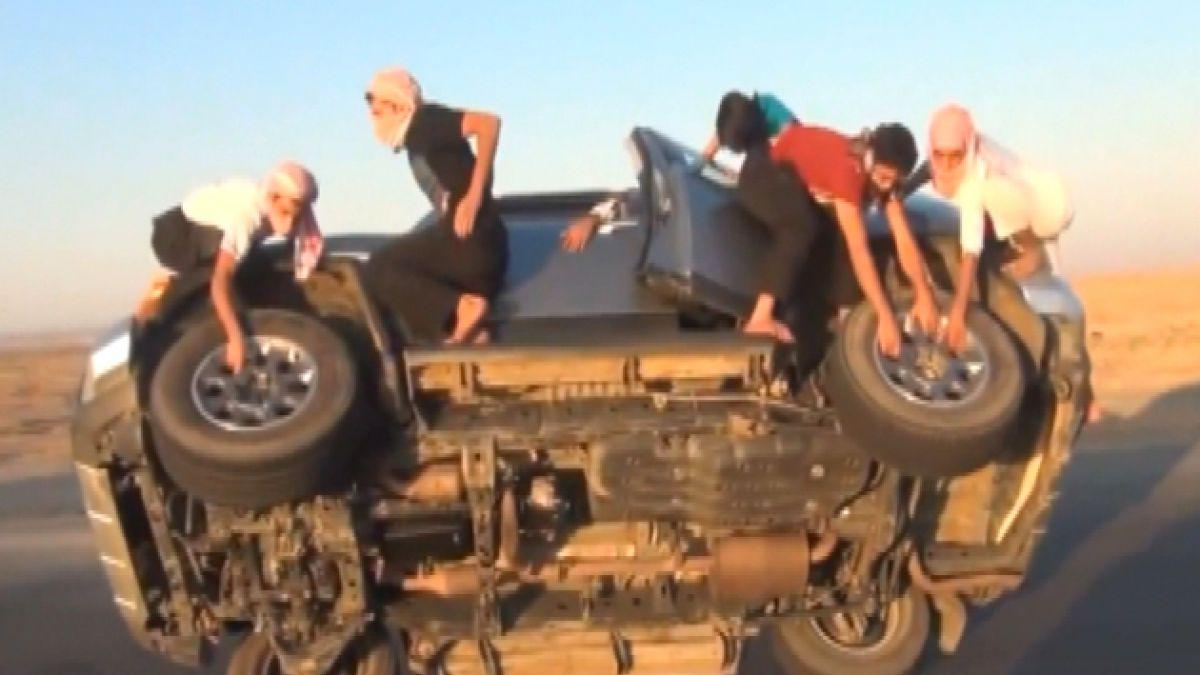 VIDEO: Saudíes impactan por arriesgada forma de cambiar ruedas de un auto