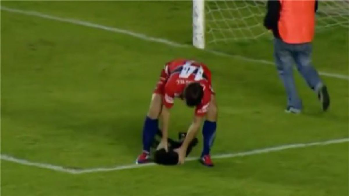 VIDEO: Pasapelotas rescata a perro agredido por jugador en partido de fútbol
