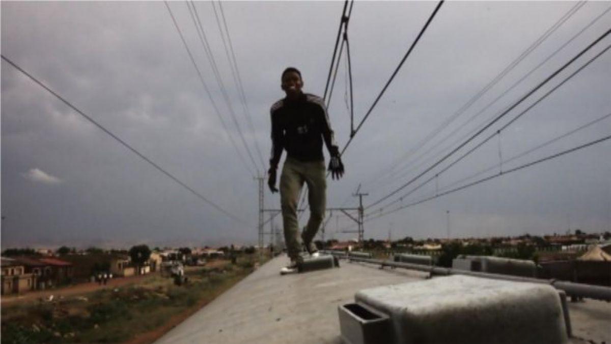 [VIDEO] Surf sobre trenes: el nuevo y peligroso deporte de los jóvenes en Sudáfrica