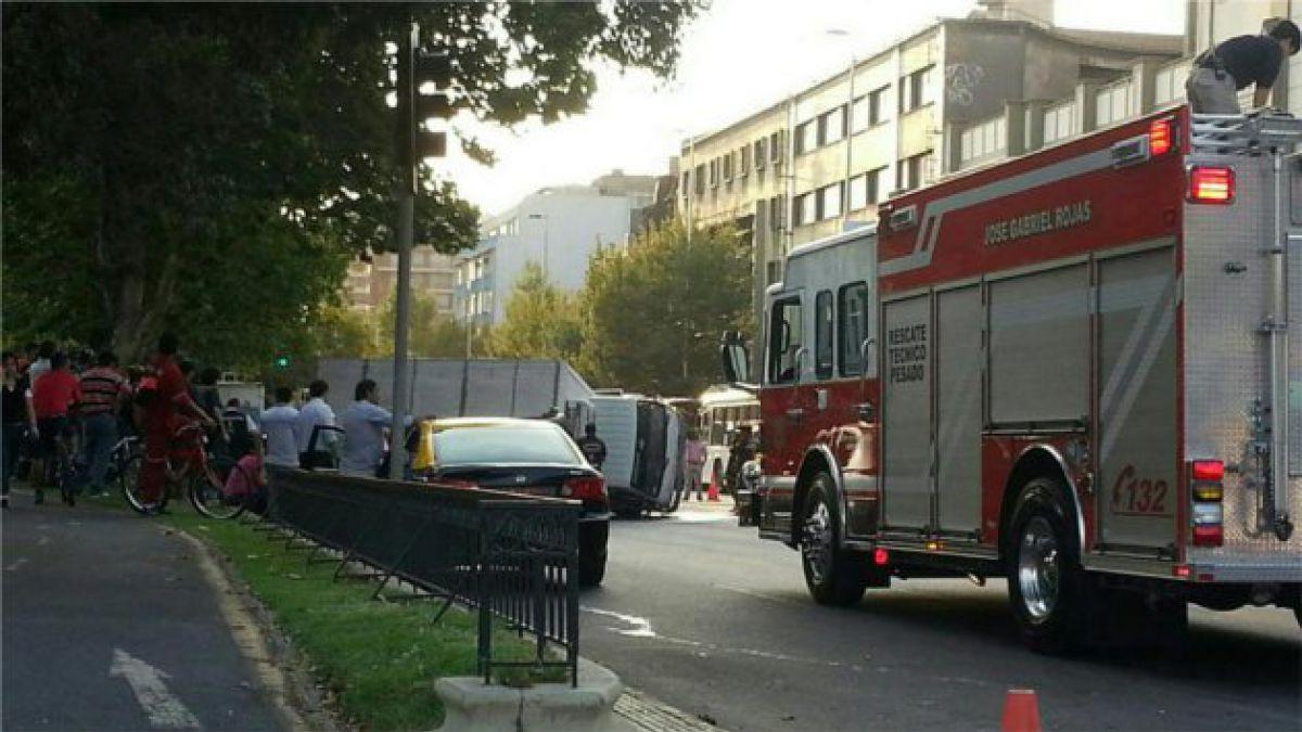 Camión se vuelca en la Alameda y genera congestión