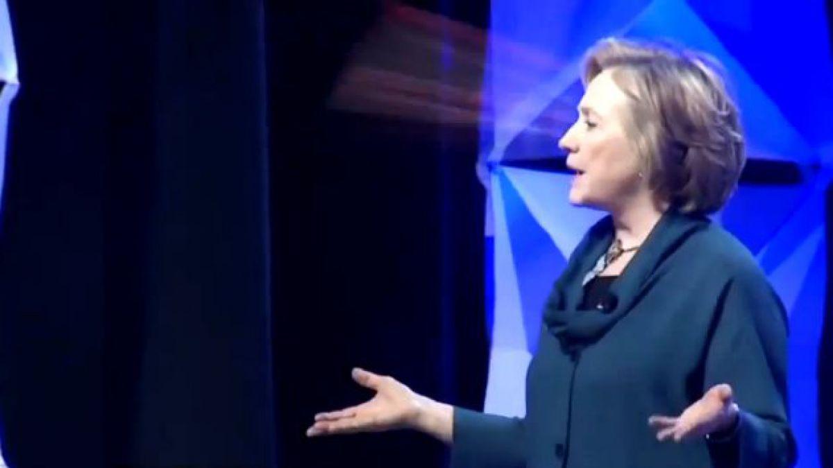 VIDEO: Lanzan zapato a Hillary Clinton durante conferencia en Las Vegas