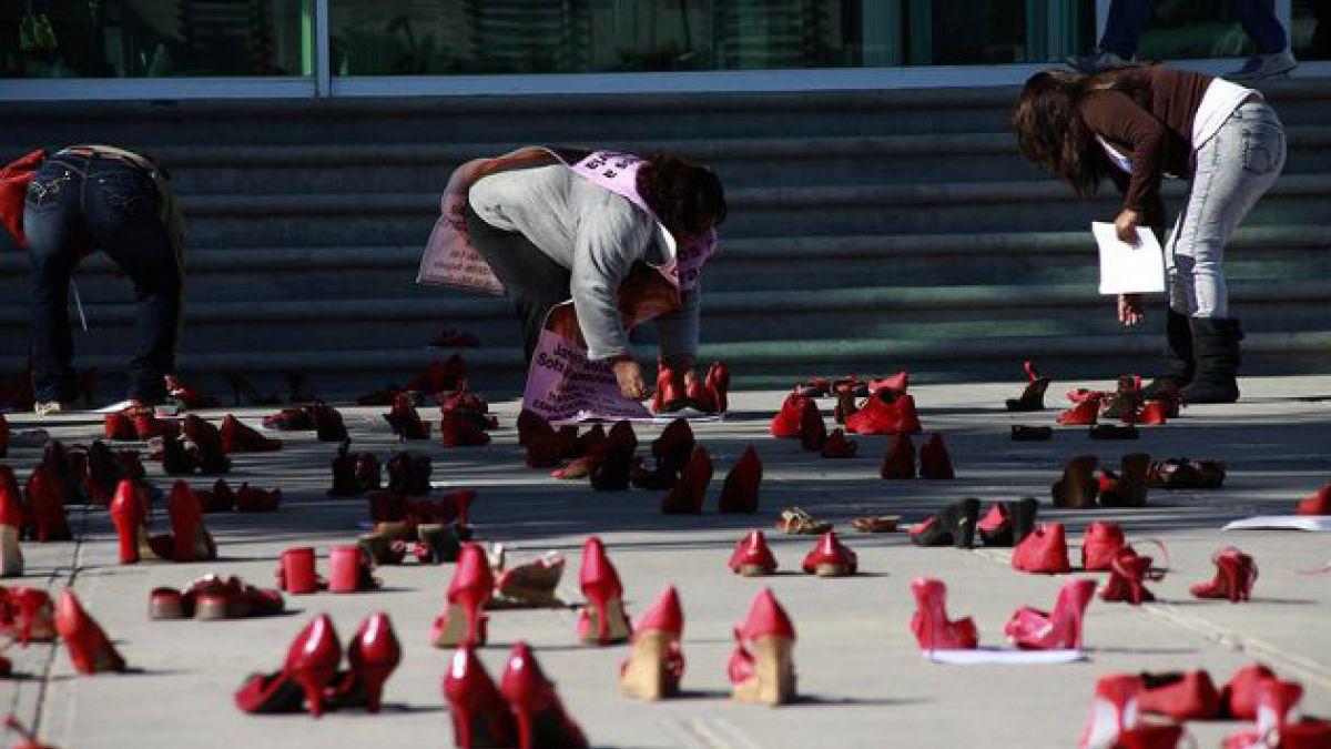 México: Realizan protesta de zapatos rojos por desaparición de mujeres