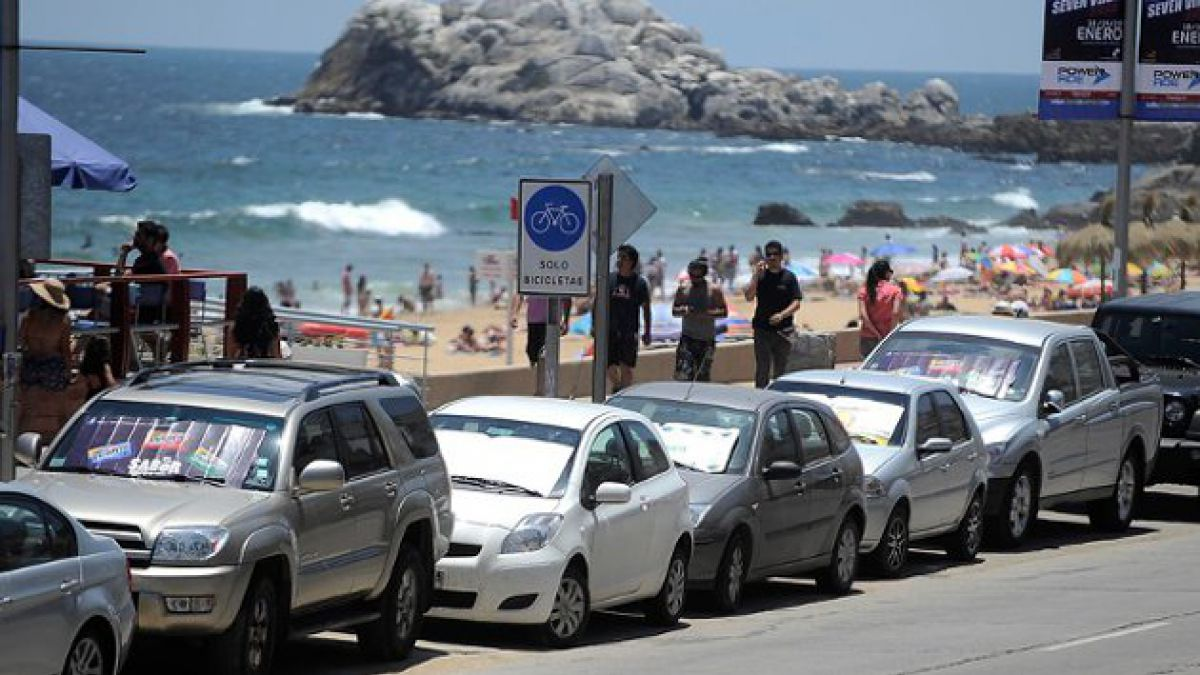 Cobros en estacionamientos causa molestia en turistas de Viña del Mar