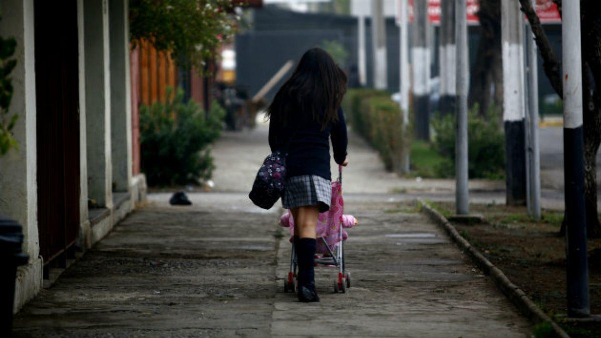 Embarazo adolescente en comunas más pobres de Santiago promedia 21%, seis puntos sobre la media del