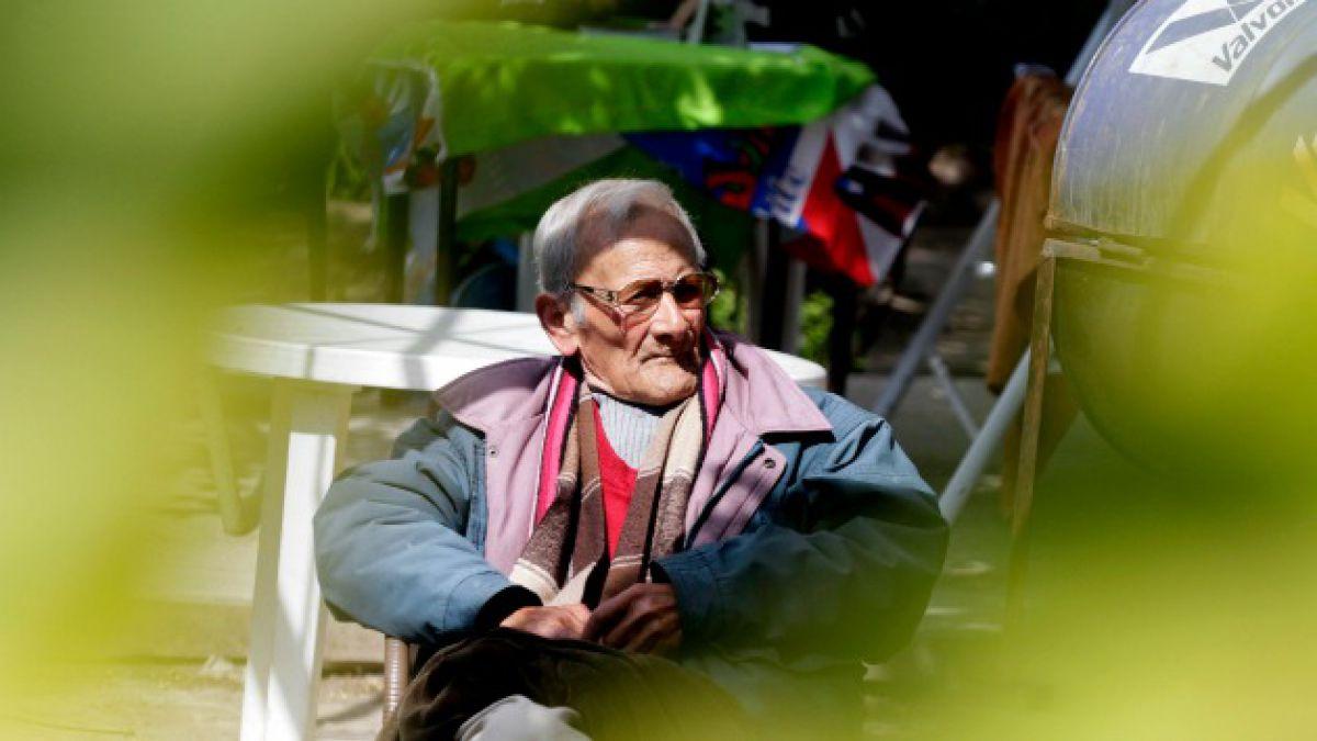 Un tercio de los ancianos en Chile no alcanza a cruzar la calle con luz verde según inédito estudio