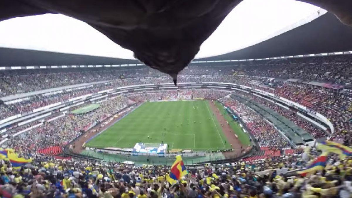 [VIDEO] Águila sorprende a espectadores durante partido en México