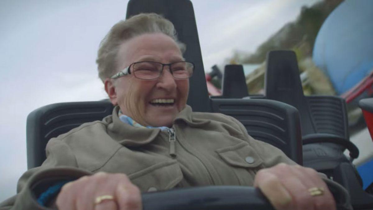 [VIDEO] Así reacciona una abuela que sube por primera vez a una montaña rusa