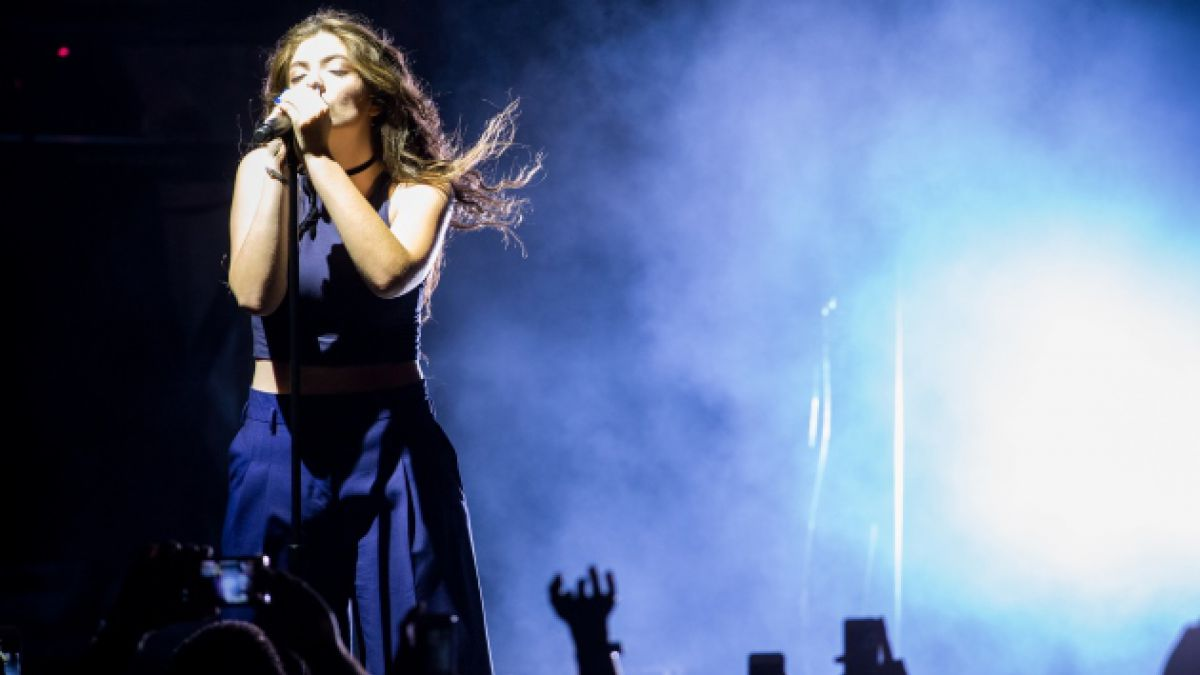 """[VIDEO] Lorde canta por primera vez en vivo el tema para """"Los Juegos del Hambre: Sinsajo – Parte 1"""""""