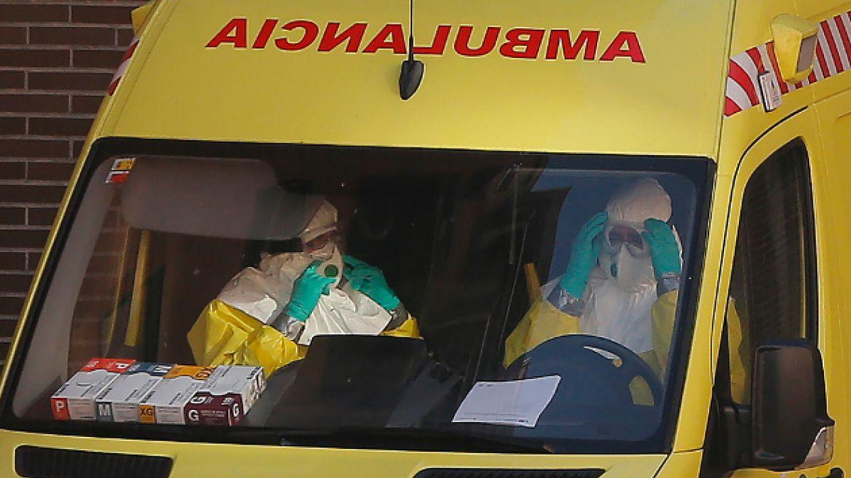 """Médico que atendió a española infectada de ébola: """"Las mangas del traje me quedaban cortas"""""""