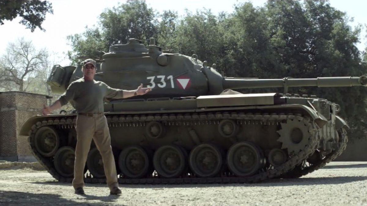 Arnold Schwarzenegger invita a aplastar cosas con su tanque por caridad