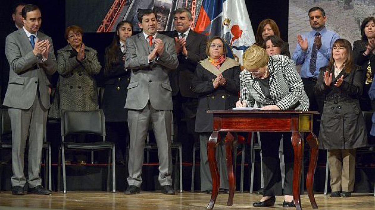 Presidenta Bachelet firma proyecto que crea universidades estatales de Aysén y OHiggins