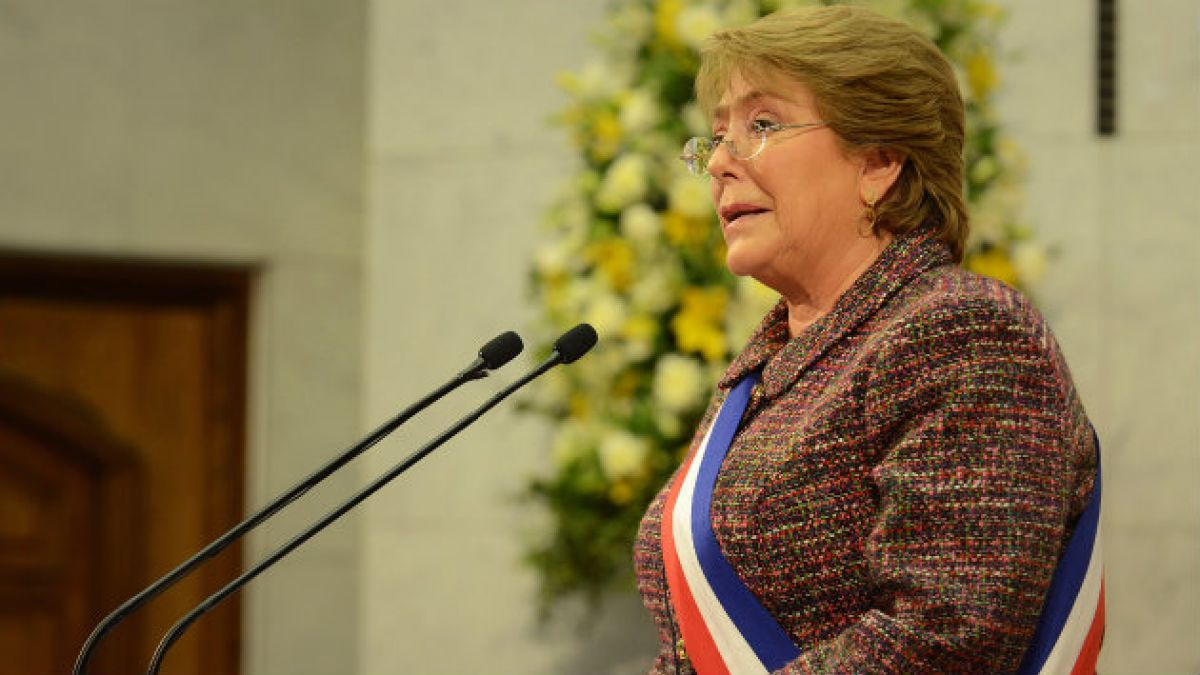 Bachelet defiende reformas, anuncia Constitución y se abre al despenalizar aborto en primera cuenta