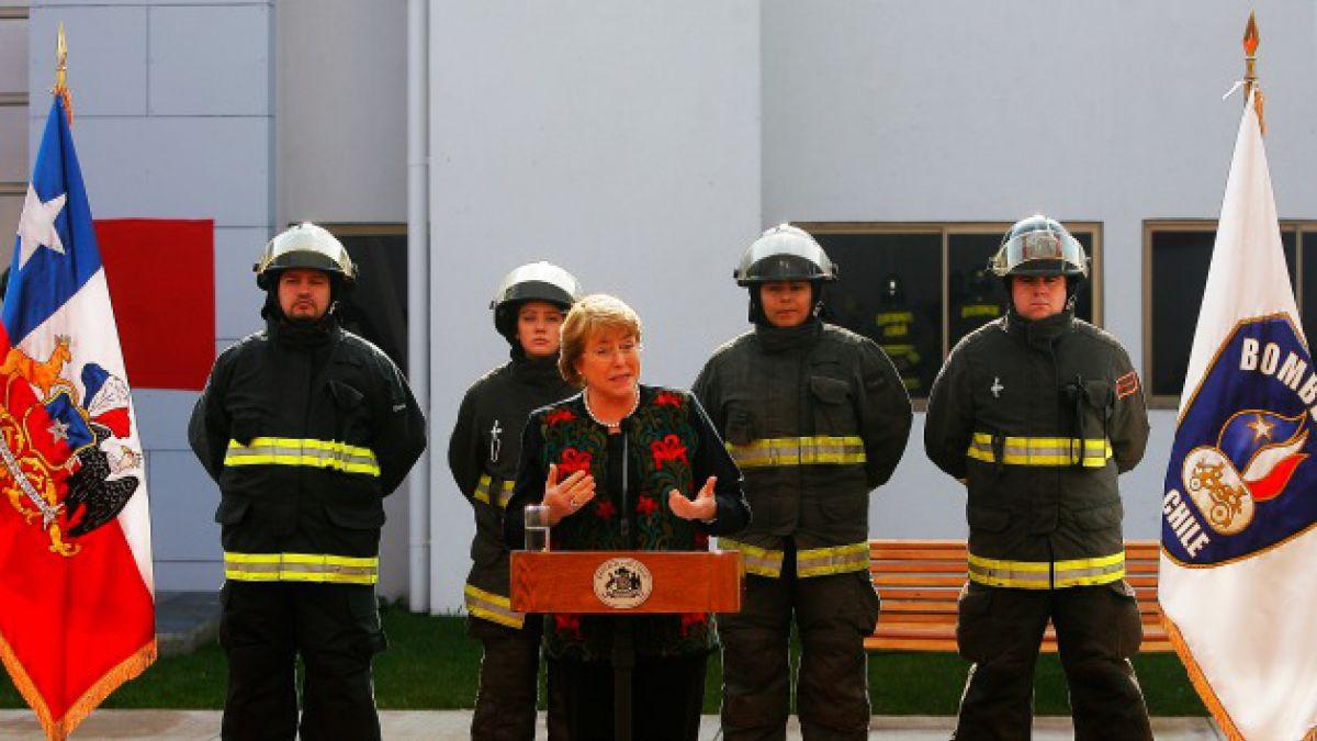 Bachelet anuncia un 10% de aumento fiscal para bomberos entre 2015 y 2018