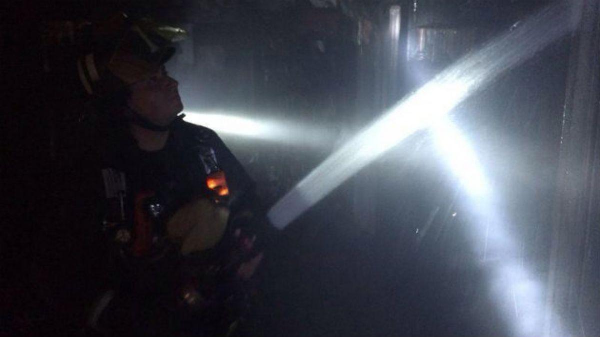 Bomberos continúa labores para controlar pequeños focos y confirma una persona lesionada en incendio