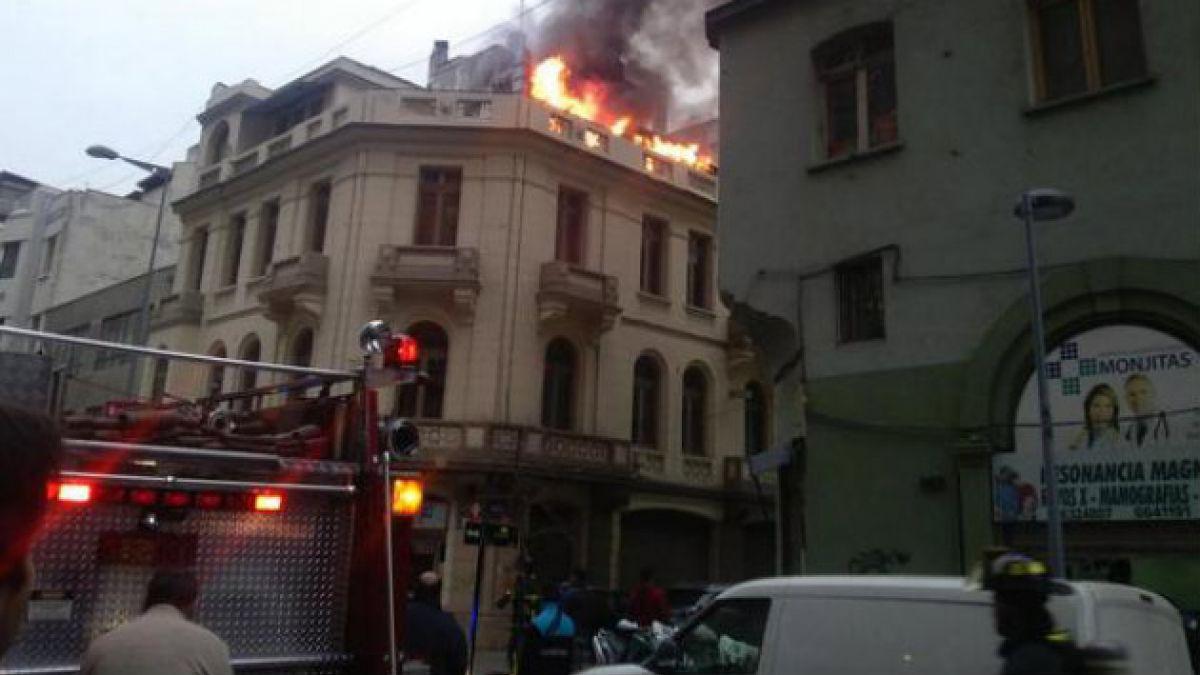 Evacuan por incendio edificio en Monjitas con San Antonio en el centro de Santiago