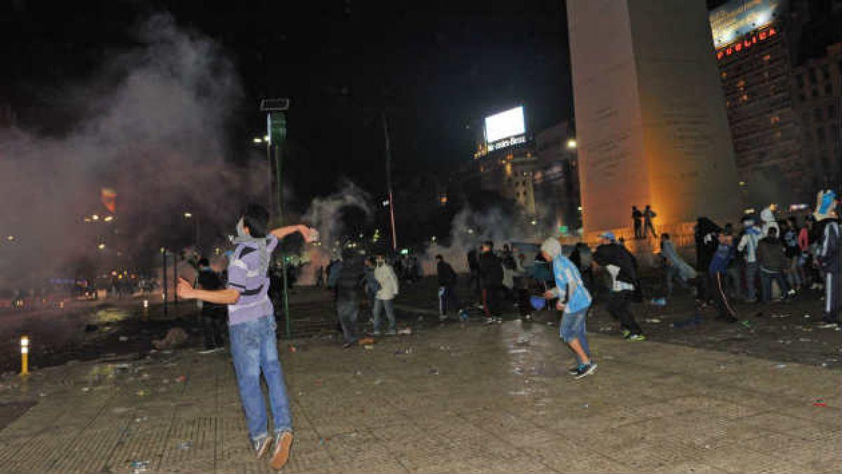 [Video] Hinchas argentinos provocan destrozos en Buenos Aires