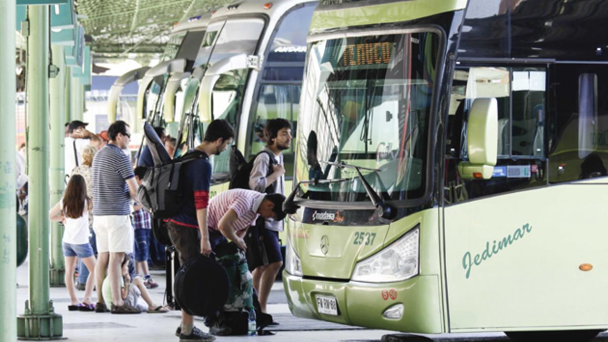 Sernac denuncia alzas de hasta 21 mil pesos en precio de pasajes de buses